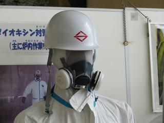 ダイオキシン対策の防毒マスクと作業着.jpg