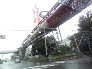 工場敷地内のあちこちを走るパイプライン.jpg