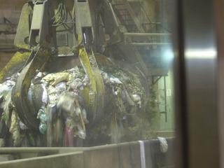 焼却炉に運ばれるゴミ.jpg